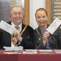 Mayor_sells_raffle tickets 0001